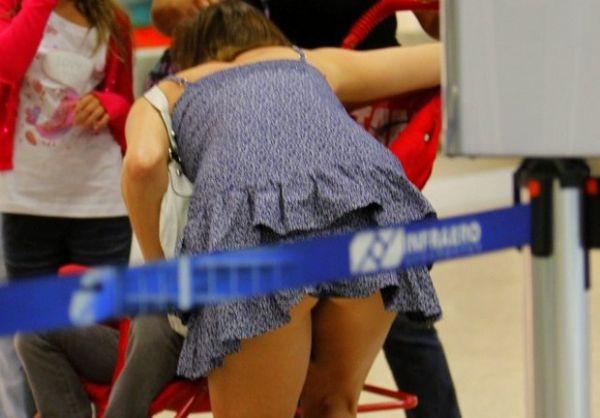 Com vestido curto, Maria Paula mostra calcinha ao se abaixar