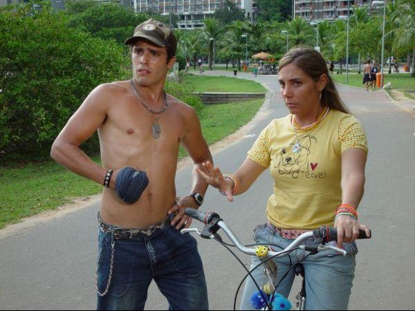Heloísa Périssé beija melão em cena do filme