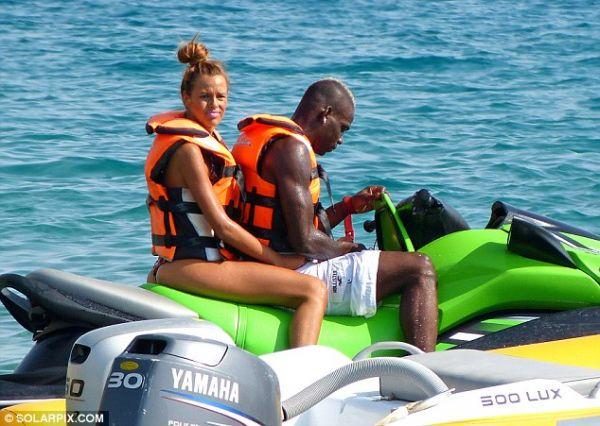Em meio a polêmica com ex, Balotelli circula bem acompanhado em Ibiza