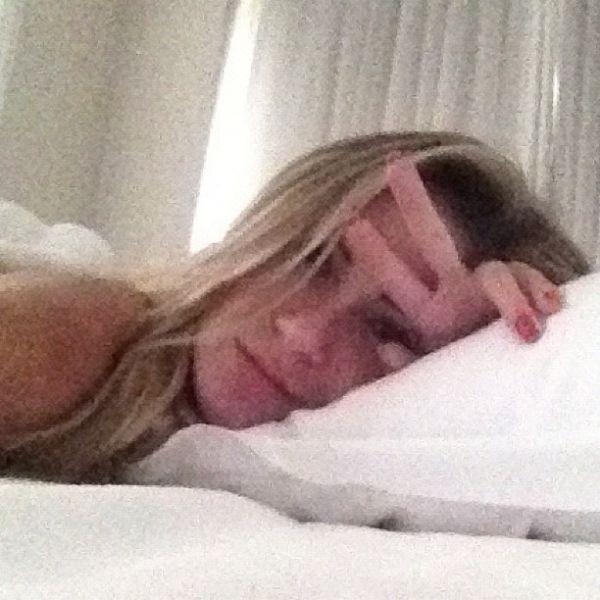 Ex-BBB Renatinha posta foto com cara de sono