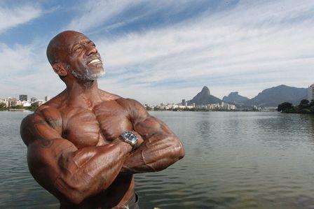 Gari fisiculturista treina limpando ruas quer ganhar Mister Rio 2012
