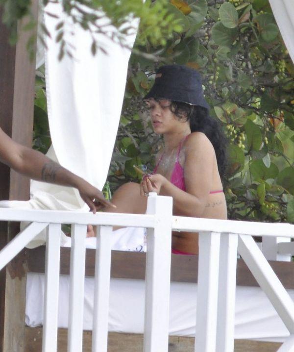 Rihanna fuma cigarrinho suspeito e relaxa em Barbados