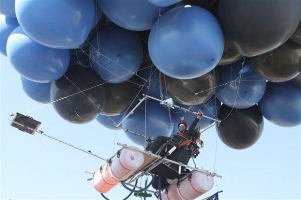 Amigos tentam quebrar recorde de voo puxado por 350 balões