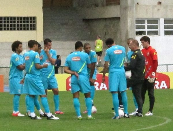 Em primeiro coletivo da Seleção, Neymar brilha com assistência e gol