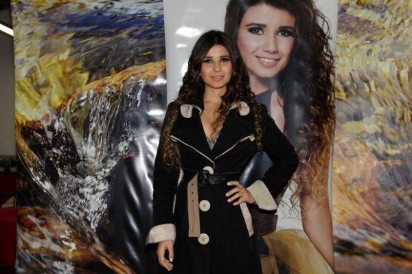 Paula Fernandes exibe corpão com macacão curtinho em show em SP