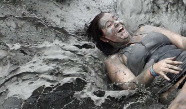 Pessoas brincam na lama em festival na Coreia do Sul