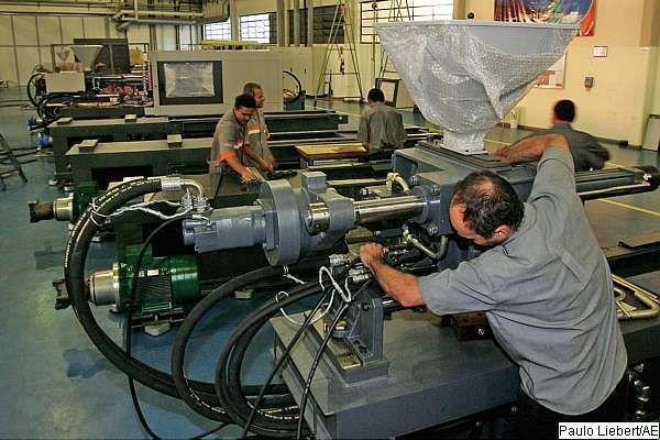 Produção industrial recua cinco anos e alerta governo e mercado