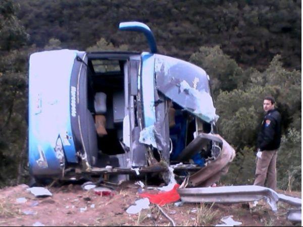 Ônibus cai em ribanceira e deixa 10 mortos no Paraná