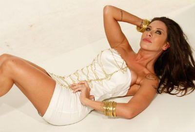 Ex-panicat Lisi Benitez mostra as tatuagens em vestidos decotados