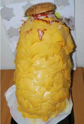 Japonês encomenda sanduíche com mil fatias de queijo e filma refeição