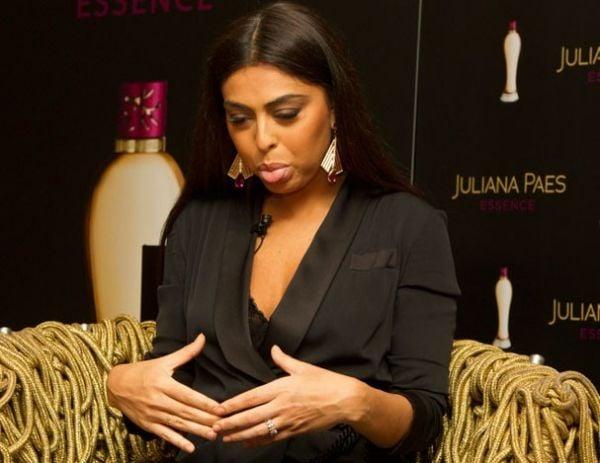 Juliana Paes brinca sobre barriga pós-parto e elogia Piovani: