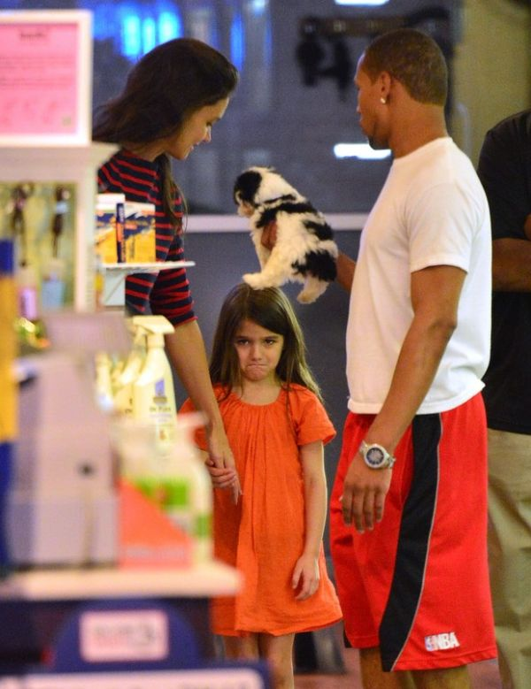 Tadinha! Katie Holmes nega cãozinho à filha, que chora em pet shop