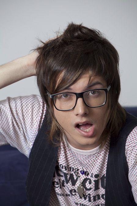 Separados no nascimento: Neymar fica a cara da cantora Maria Gadú de óculos