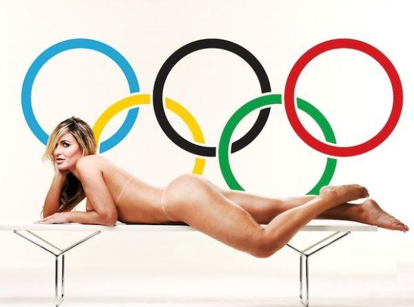 Ex-latinete Andressa Urach posa nua com símbolo das Olimpíadas