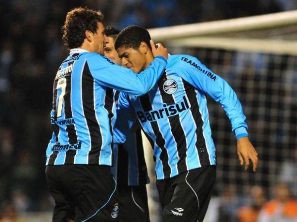 Grêmio leva susto, mas bate Sport com dois de Leandro
