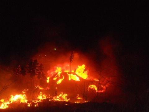 Incêndio de causas desconhecidas destrói três carros em frente à Penitenciária de Oeiras