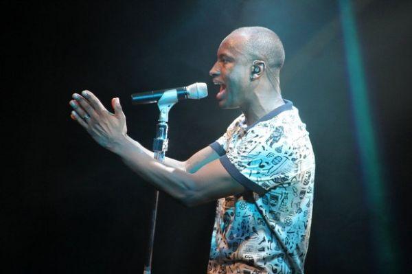Thiaguinho se emociona em show no Rio