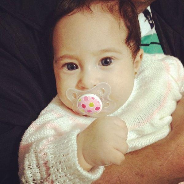 Cantora Perlla mostra foto da filha com chupeta: