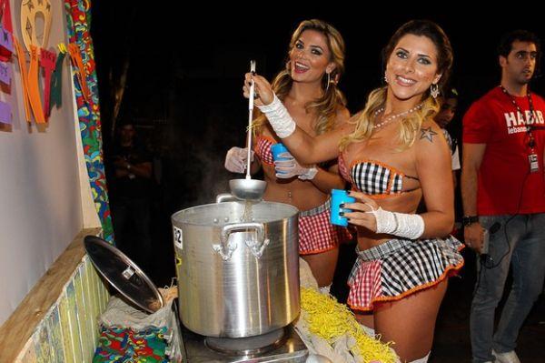 Ana Paula Minerato usa saia curtíssima em gravação de programa