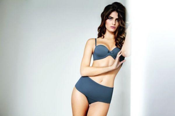 Isabeli Fontana posa de lingerie para campanha