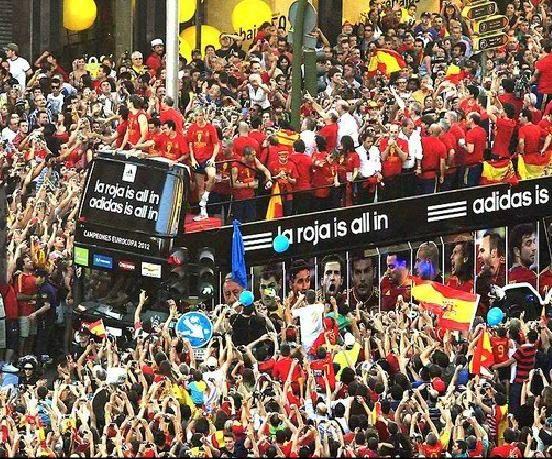 Torcida lota ruas de Madri para ver desfile da Fúria: