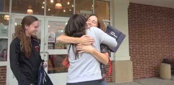 Americana abraça estranhos na rua para aliviar saudades de casa