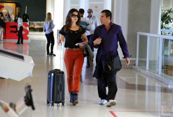Estilosa, Fernanda Paes Leme embarca em aeroporto no Rio
