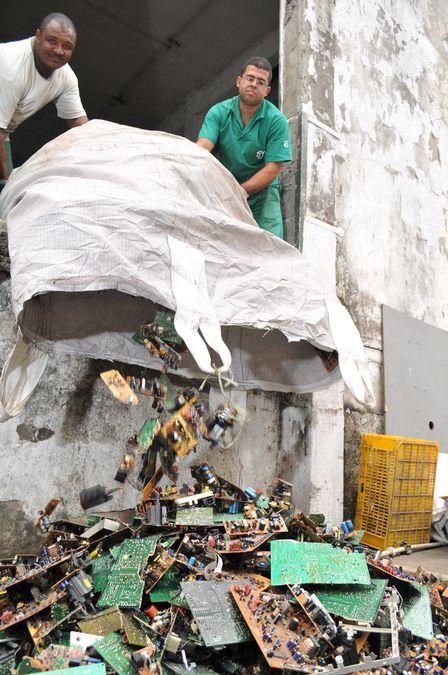Garimpeiros digitais acham metais preciosos em lixo eletrônico