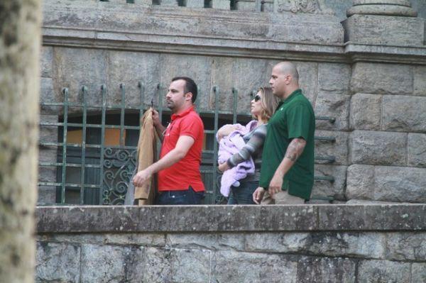 Grazi Massafera leva Sofia para sessão de fotos no Parque Lage