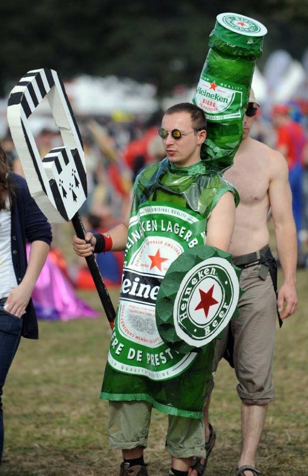 Homem vestido de cerveja é flagrado em festival de música na França