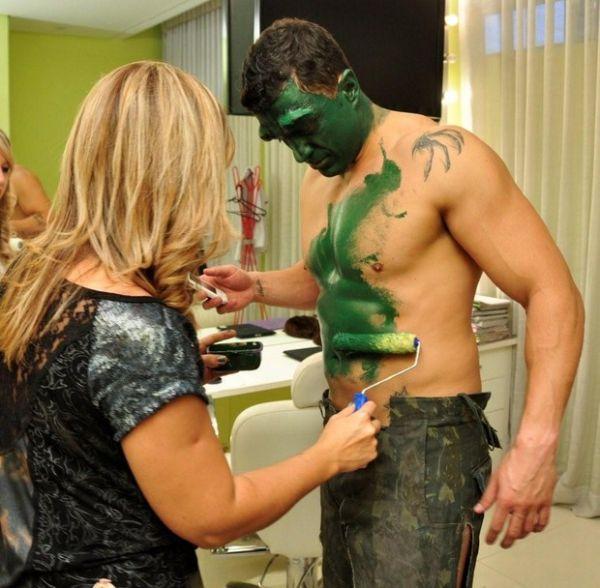 Kléber Bambam recebe tinta verde e se transforma em Hulk na TV