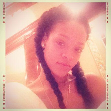 Rihanna mostra três looks de cabelos cacheados no mesmo dia