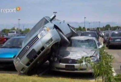 Adolescente pega carro da avó e joga em cima de outro veículo, nos EUA