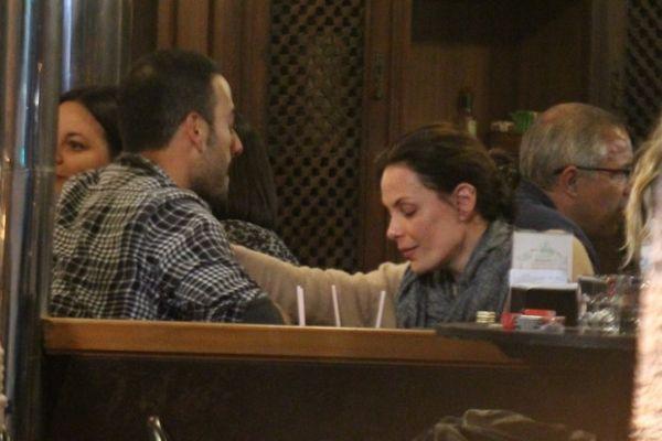 Atriz Carolina Ferraz aproveita folga e beija muito durante jantar