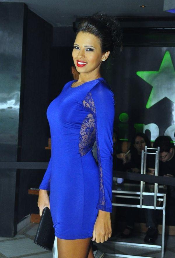Ex-BBB Ariadna comemora aniversário com vestido justíssimo