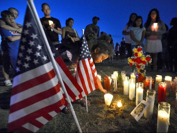 Familiares fazem vigília por vítimas de atirador na estréia de