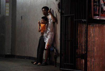 Homem aponta furador de gelo para criança em sequestro nas Filipinas
