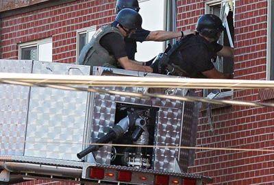 Polícia desarma explosivos no apartamento de atirador nos EUA