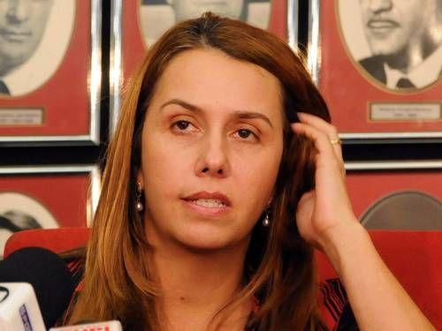 Torcida do Fla pede impeachment da presidente Patrícia Amorim