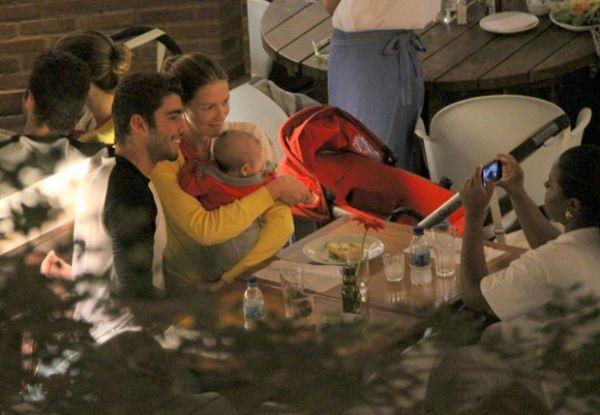 Após cineminha a dois, Piovani e Scooby levam Dom para jantar no RJ