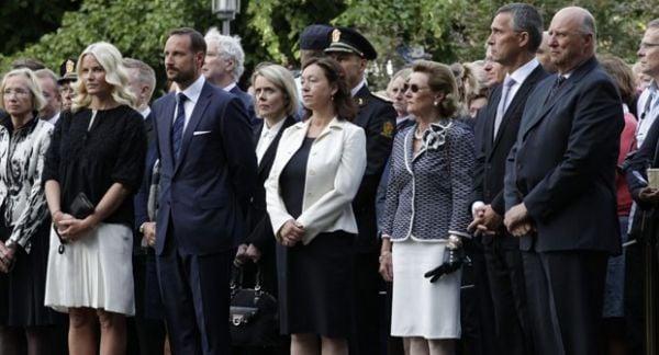 Massacre na Noruega completa 1 ano e 77 vítimas recebem homenagens