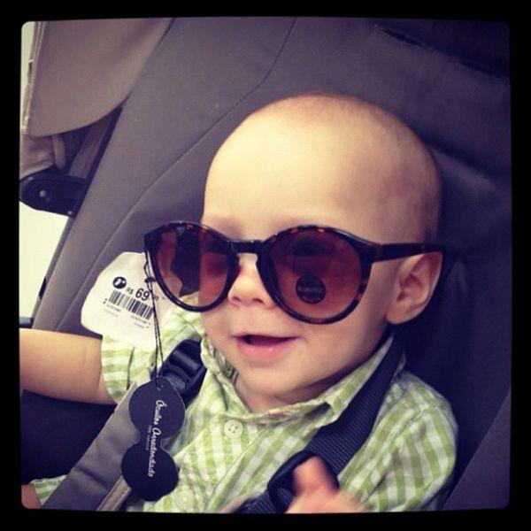 Neymar posta foto do filho de óculos escuros
