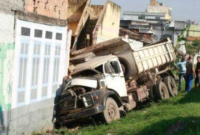 ?Acordei com uma visita inusitada?, diz dono de casa atingida por caminhão