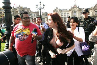 Brasileira protesta seminua no Peru, contra pirataria