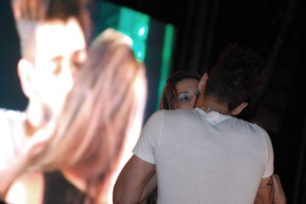 Soltinho! Gusttavo Lima volta a beijar uma fã durante show