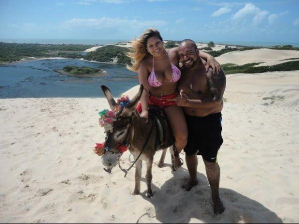 Depois de prisão com dinheiro na cueca, Mulher Filé viaja com o marido