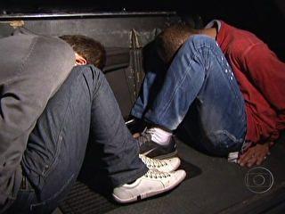 Dois homens são presos após tentativa de roubo a prédio
