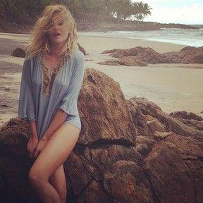 Blusa molhada revela contornos de Ana Hickmann em ensaio