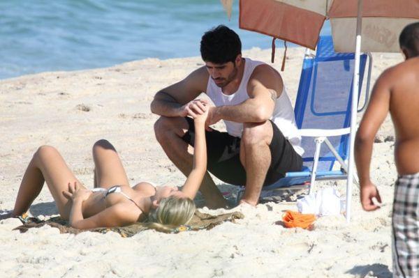 Ex-BBBs Adriana e Rodrigão aproveitam praia vazia para namorar muito