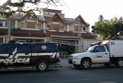 Polícia encontra mãe e filho mortos a facadas em casa